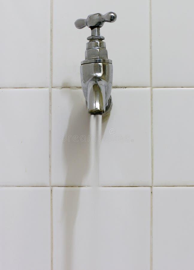 Het stromende water van de kraan stock afbeelding