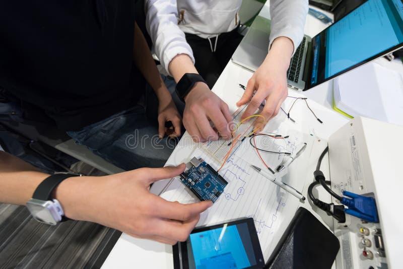 Het studenten in het klaslokaal van de computerwetenschap stock afbeelding