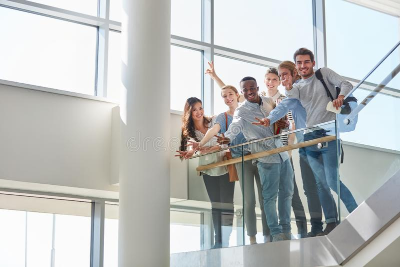 Het studententeam viert overgegaan examen royalty-vrije stock foto