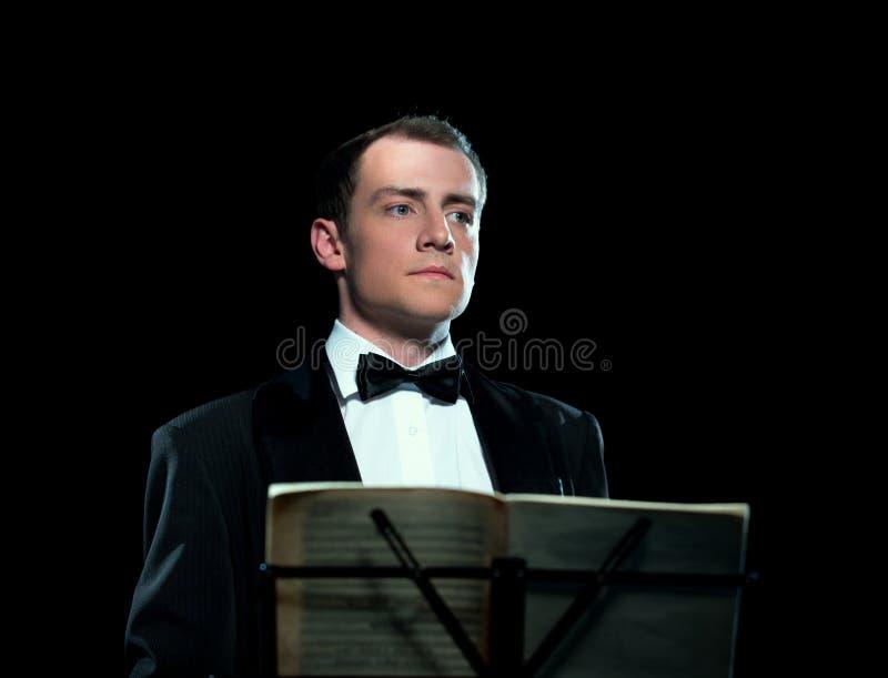 Het studiobeeld van de jonge mens leidt het orkest royalty-vrije stock foto's