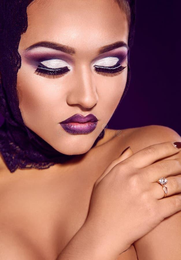 Het studioportret van schoonheidsmeisje met purple maakt omhoog stock afbeeldingen