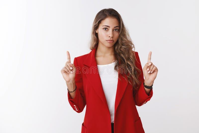 Het studioschot maakte zich aarzelende jonge gediplomeerde vrouwelijke beambte ongerust die rode jasje raadplegende medewerker dr royalty-vrije stock afbeelding