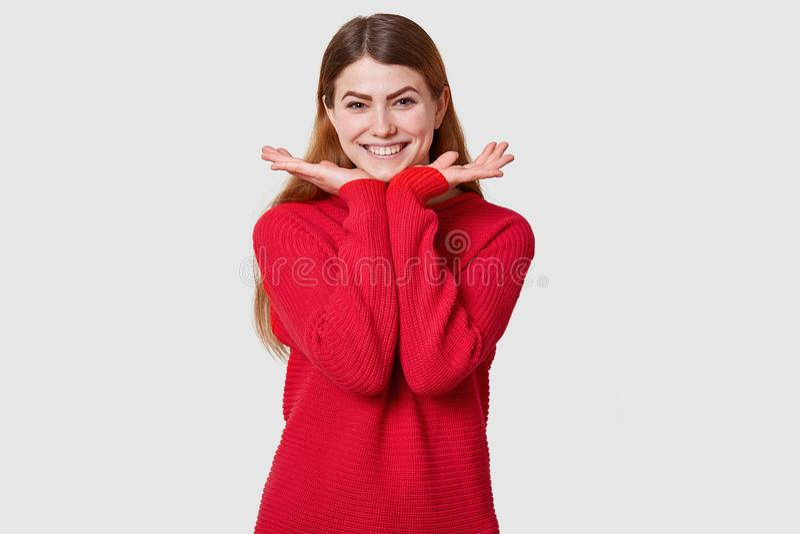 Het studioschot van tevreden meisje met hoge geest, vrij vrouwelijk model met gelukkige gelaatsuitdrukking tegen witte muur, heef stock fotografie