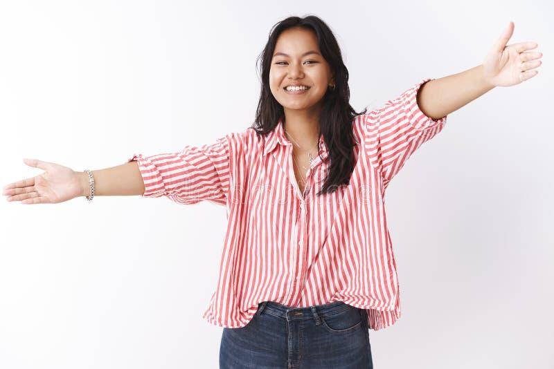 Het studioschot van vriendschappelijk uitgaand en oprecht jong Aziatisch meisje houdt van knuffels en de omhelzingen die overhand royalty-vrije stock fotografie