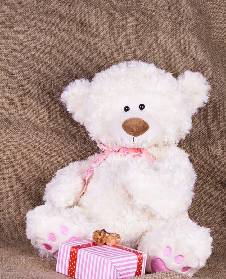Het stuk speelgoed draagt met giftdoos stock afbeeldingen