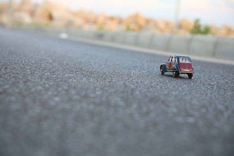 Het stuk speelgoed van Citroën op rijweg royalty-vrije stock fotografie