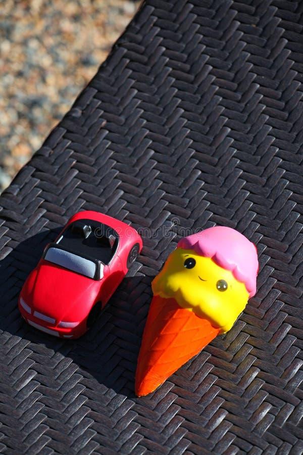 Het stuk speelgoed van de roomijsauto strandsteen royalty-vrije stock afbeelding