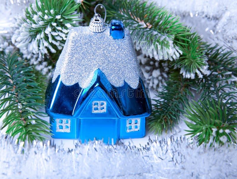 Het stuk speelgoed van het donkerblauwe Nieuwjaar klein huisidee van droom van eigen huis in Nieuw jaar royalty-vrije stock afbeeldingen