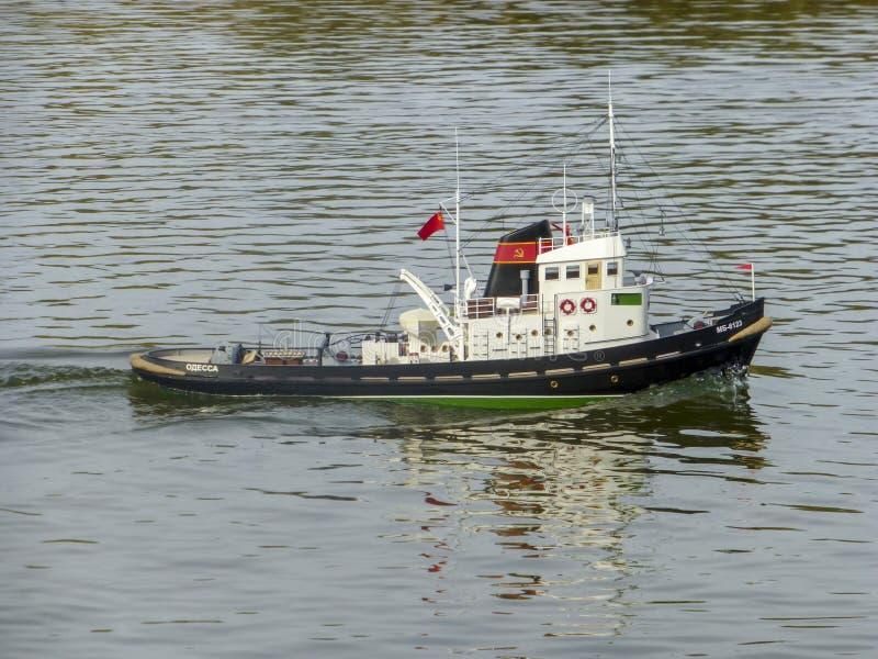 Het stuk speelgoed van kinderen van gespecialiseerd droog ladingsvervoer op het water Schipmodellen stock afbeelding