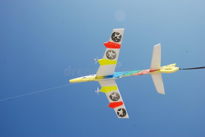 Het stuk speelgoed van het vliegtuigschuim met blauwe hemelachtergrond stock fotografie