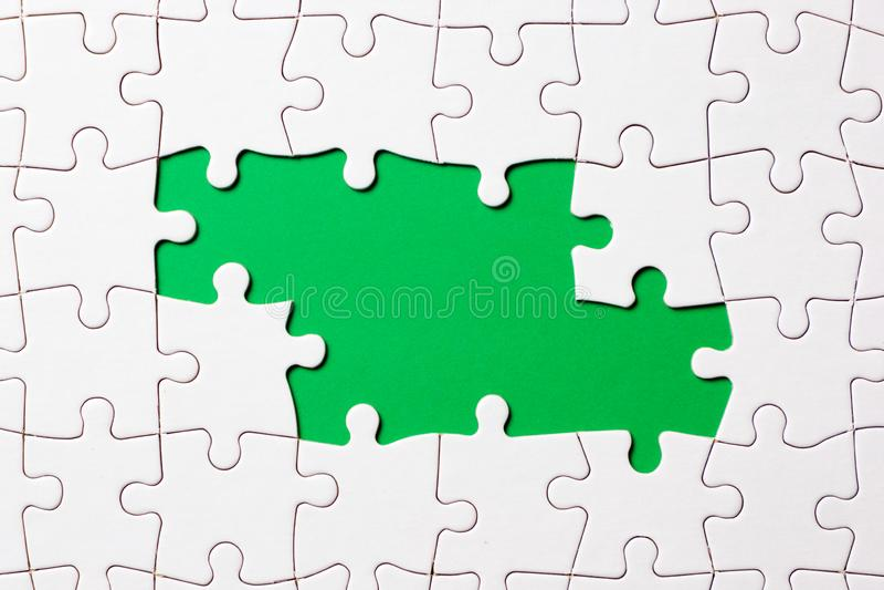 Het stuk van het puzzelspel op groene achtergrond voor bedrijfsthemaontwerp stock afbeelding