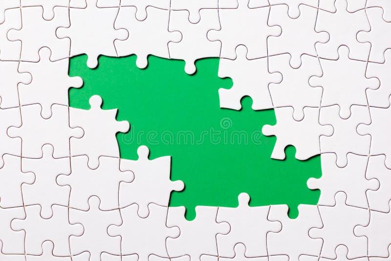 Het stuk van het puzzelspel op groene achtergrond voor bedrijfsthemaontwerp stock fotografie