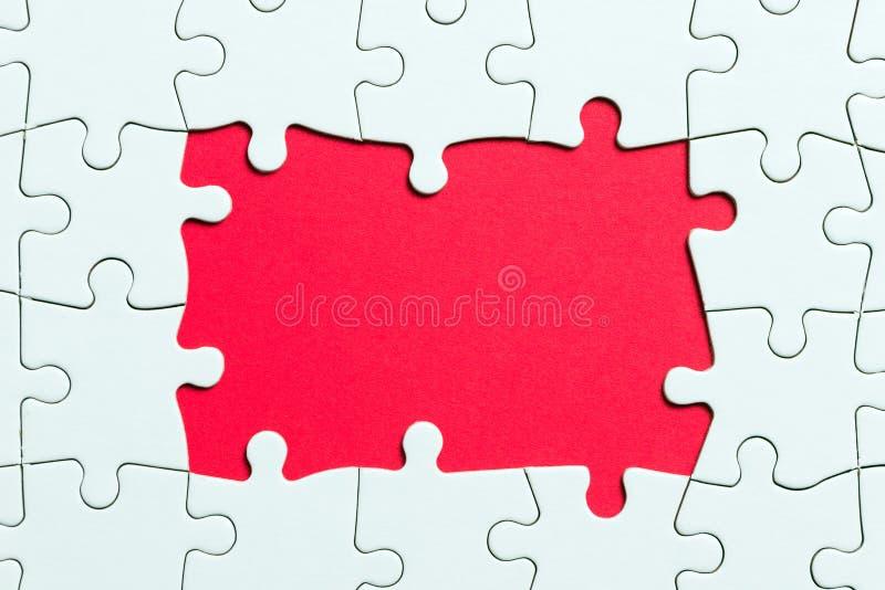 Het stuk van het puzzelspel op rode achtergrond voor bedrijfsthemaontwerp royalty-vrije stock afbeeldingen