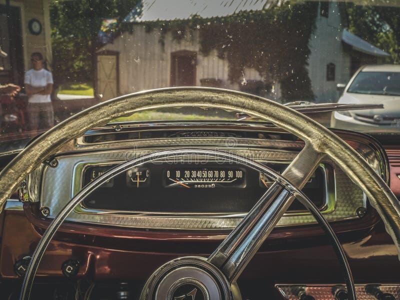 Het stuurwiel van een oude vrachtwagen stock fotografie