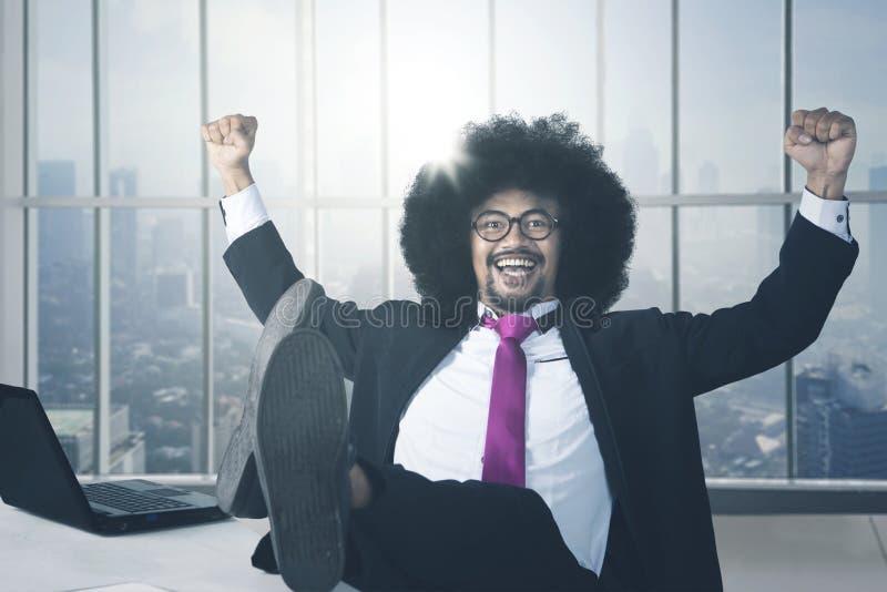 Het succesvolle Afrikaanse Amerikaanse zakenman ontspannen stock fotografie