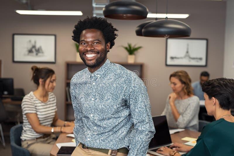 Het succesvolle Afrikaanse bedrijfsmens glimlachen stock afbeeldingen