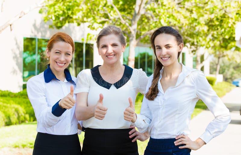 Het succesvolle bedrijfsvrouwen geven beduimelt omhoog royalty-vrije stock foto
