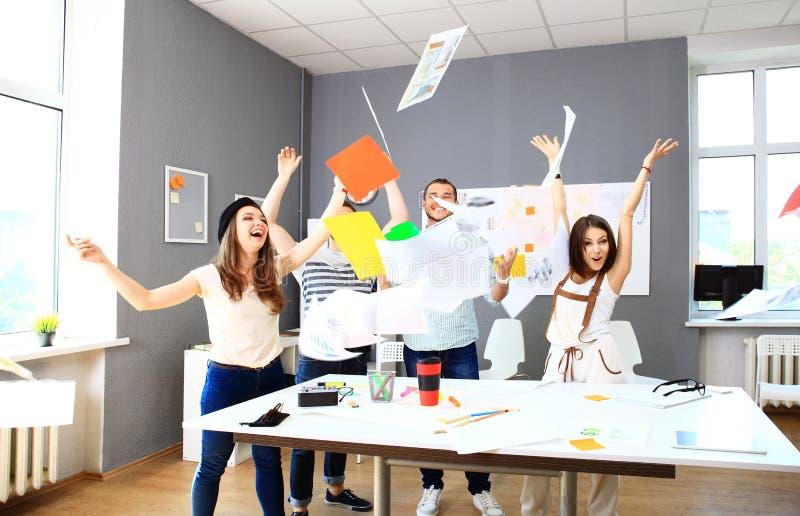 Het succesvolle commerciële team vieren stock foto