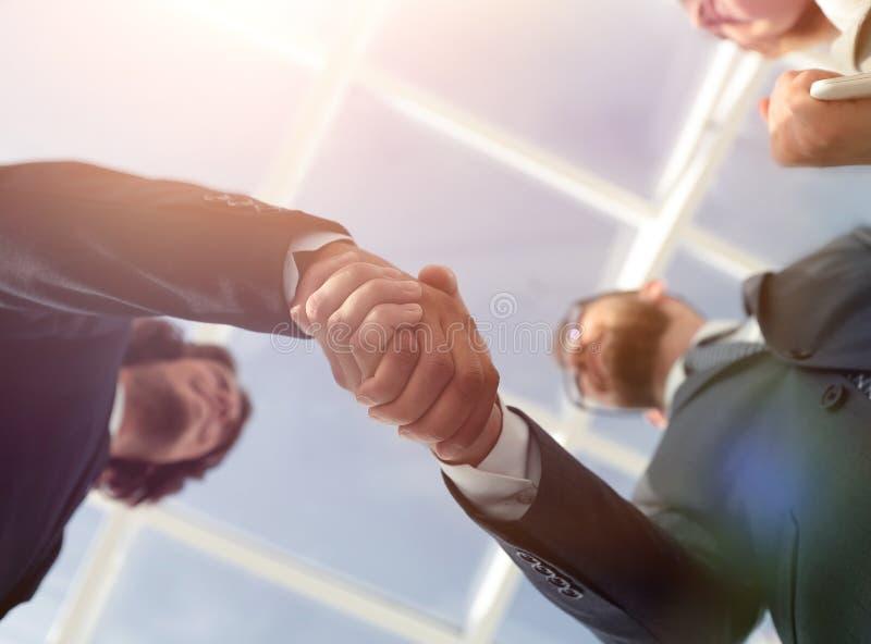 Het succesvolle concept van de de groetovereenkomst van de bedrijfsmensenhanddruk stock foto