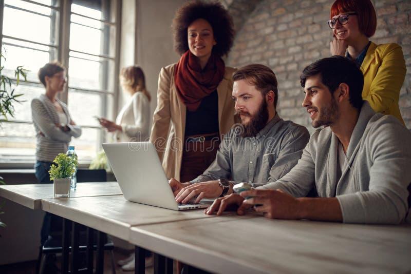 Het succesvolle de ontwerpers van het groepswerk jonge Web werken stock afbeeldingen