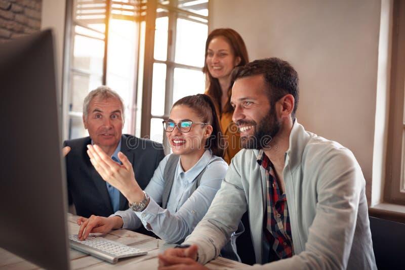 Het succesvolle groepswerk-glimlachende bedrijfsarbeiders toejuichen stock afbeelding