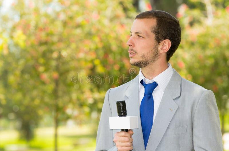 Het succesvolle knappe mannelijke nieuwsverslaggever dragen royalty-vrije stock fotografie