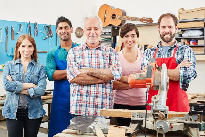 Het succesvolle meer luthier team tussen verschillende rassen van ` s stock afbeelding