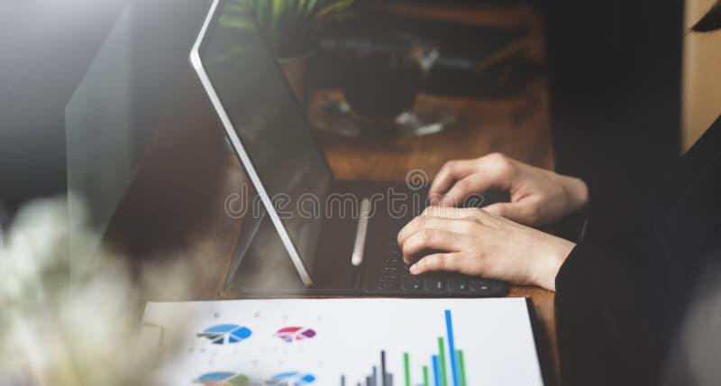 Het succesvolle onderneemster typen op toetsenbordlaptop royalty-vrije stock afbeeldingen
