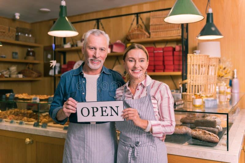 Het succesvolle ondernemers gelukkig voelen openend hun eerste Franse bakkerij stock afbeelding