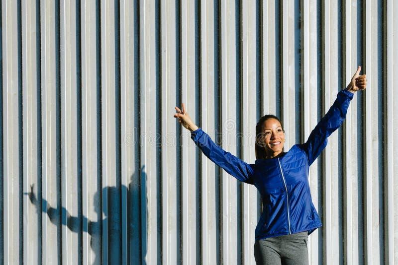Het succesvolle sportieve vrouw gesturing royalty-vrije stock fotografie