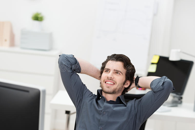 Het succesvolle zakenman ontspannen als zijn voorzitter stock foto