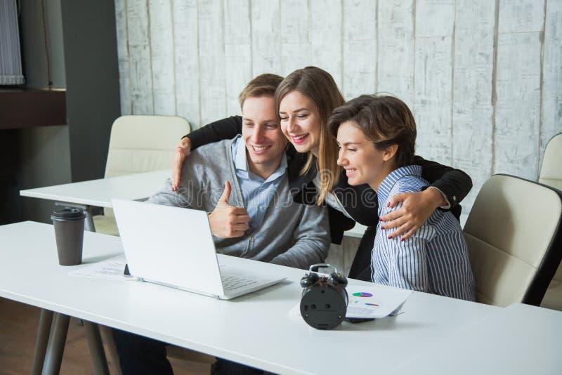 Het succesvoltooiing hoog-vijf van drie beambtenstudenten doel royalty-vrije stock foto