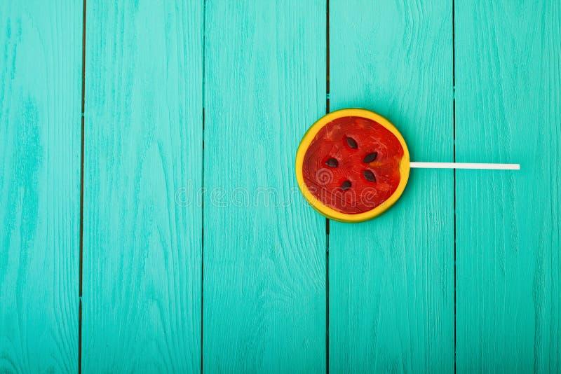 Het suikergoedvoedsel van de watermeloenzomer op blauwe houten achtergrond Hoogste mening Spot omhoog De ruimte van het exemplaar royalty-vrije stock foto