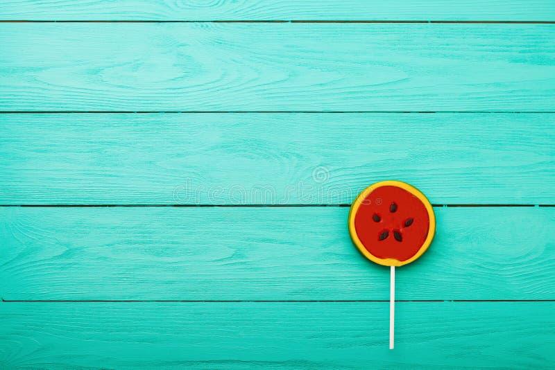 Het suikergoedvoedsel van de watermeloenzomer op blauwe houten achtergrond Hoogste mening Spot omhoog De ruimte van het exemplaar royalty-vrije stock foto's