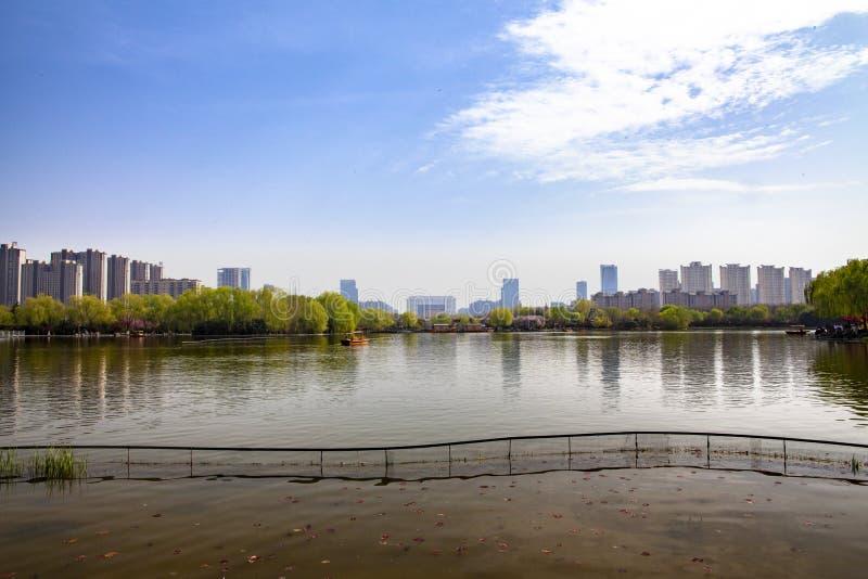 Het suizweempje van de Luoyangstad ruïneert parkmeer en de gemeentelijke overheidsgebouwen en de omringende gebouwen stock afbeeldingen