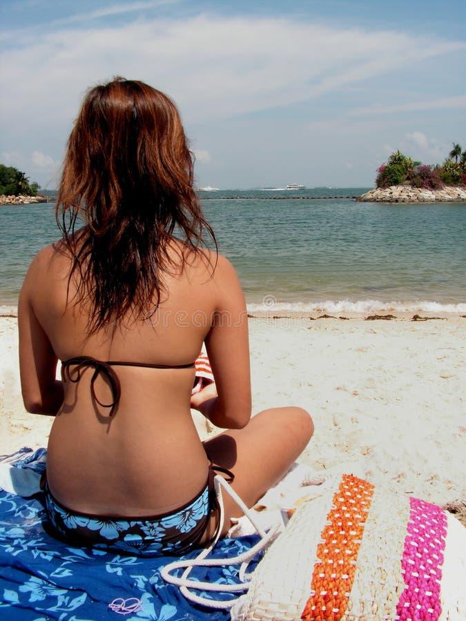Het suntanning van de dame bij strand royalty-vrije stock afbeelding