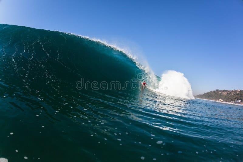 Het surfen binnen Blauwe Holle Verpletterende Golf stock afbeeldingen