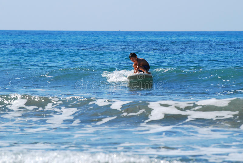 Het surfen met open vleugels royalty-vrije stock afbeeldingen