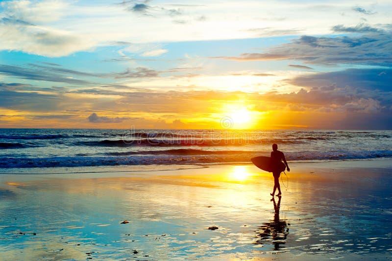 Het surfen op Bali stock afbeeldingen