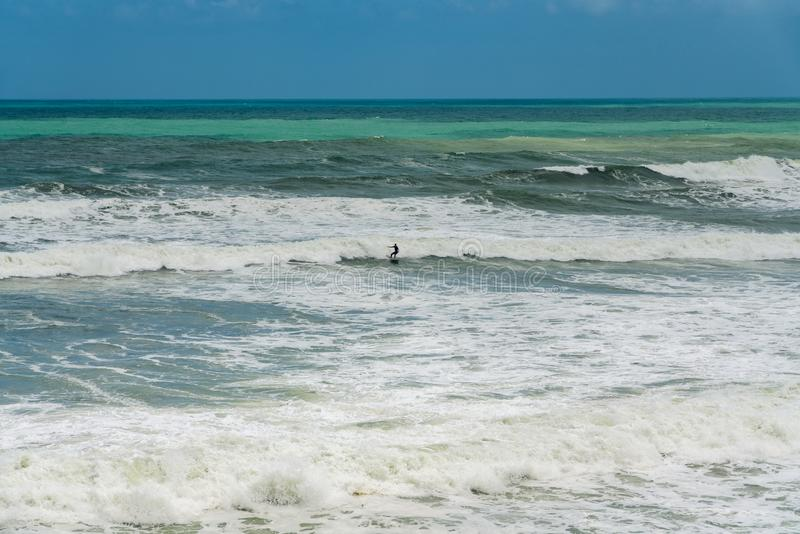 Het surfen in Ruwe Wateren royalty-vrije stock fotografie