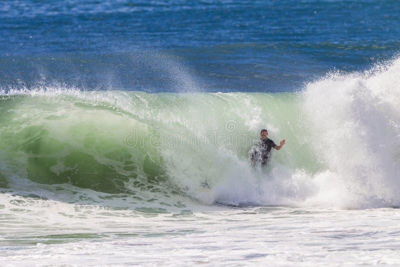 Het surfen Surfer Verpletterende Golf stock fotografie