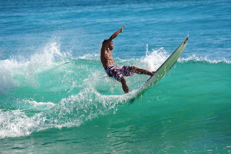 Het surfen van de golven stock foto