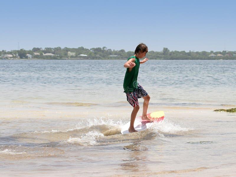 Het Surfen van de jongen stock afbeelding