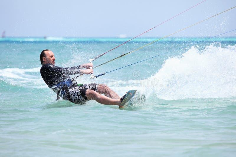 Het surfen van Kiteboarder. stock foto