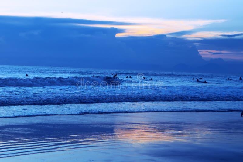 Het surfen van kutastrand Indonesië stock afbeeldingen
