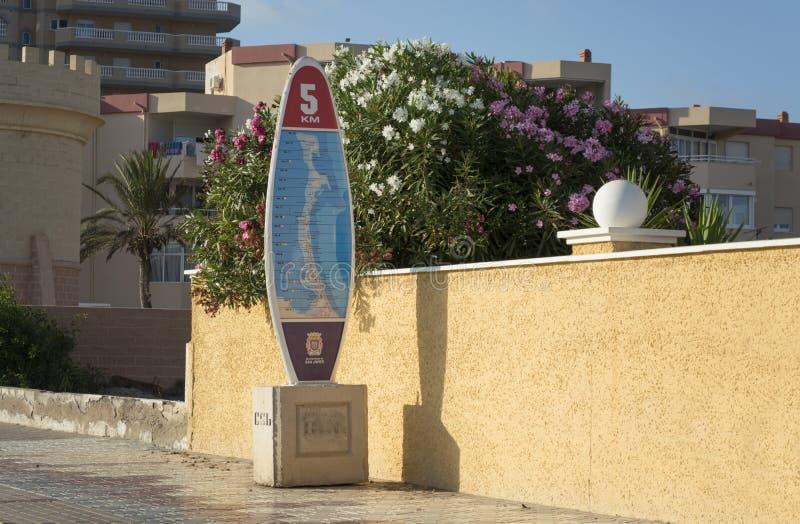 Het surfen van Raadsmijlpaal in La Manga del Mar Menor stock foto's