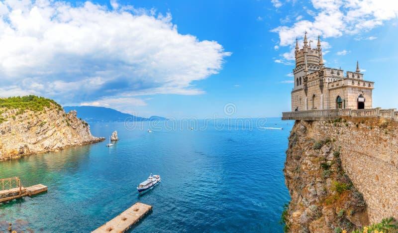 Het Swallow Nest en de haven in de Zwarte Zee, de Krim, de Oekraïne stock foto