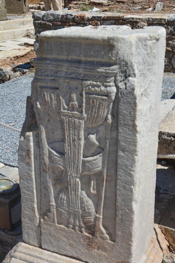 Het symbool van apotheek in de oude stad van Ephesus, Turkije stock foto