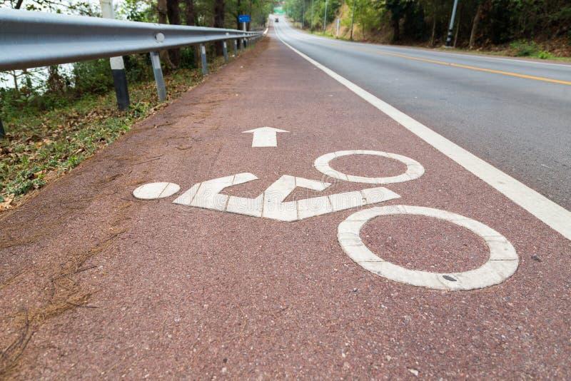 Het symbool van de fietslens op de weg stock afbeelding