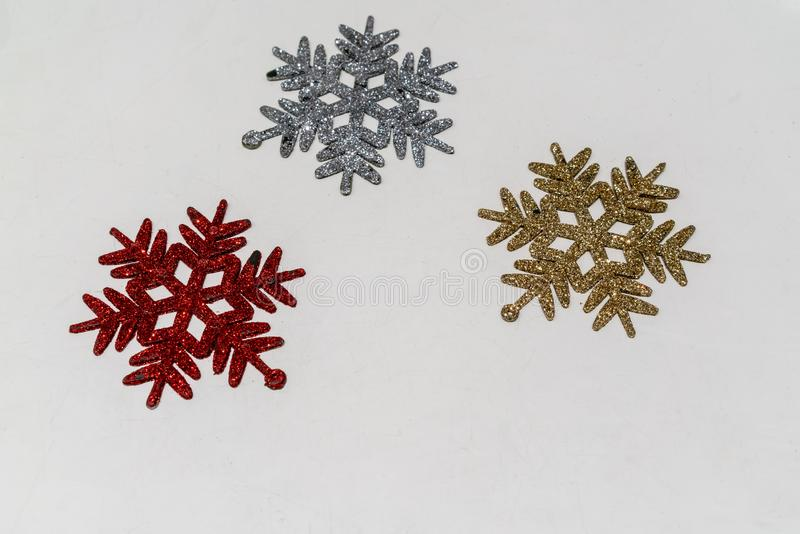 Het symbool van de sneeuwvlok met schittert in rood, zilver en goud voor ornament en Kerstmisdecoratie op wit wordt geïsoleerd da royalty-vrije stock afbeeldingen